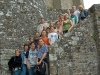Eine Gruppe der Blaskapelle auf alter Steintreppe