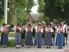 Kleine Gruppe der Blaskapelle vor schönen Haus