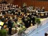Applaus für das Symphonische Blasorchester dirigiert von Bernhard Willer, im Hintergrund der Chor Leonhardi-Ensemble
