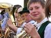 Jugendlicher mit Horn auf Festwagen