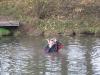 2 Nachdem beim Flussüberqueren eine Brille ins Wasser gefallen ist, wurde fleißig danach getaucht