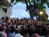 Zahlreiche Zuschauer genießen die Stimmung beim Sonnwendfest