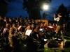 Konrad Sepp dirigiert engagiert das Orchester auch bei Dunkelheit