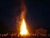 Großes und stimmungsvolles Lagerfeuer am Abend des Open-Air-Konzerts