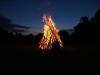 Mit der Dunkelheit wurde das Feuer entfacht