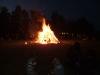 Bis nach Mitternacht wurde das Sonnwendfeuer noch von den Festbesuchern umlagert