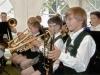 Jungen spielen Blasinstrumente am Tag der Blasmusik