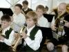 Erwachsene und Jugendliche beim Auftritt am Tag der Blasmusik