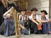Musikerinnen warten auf den Beginn des Umzugs