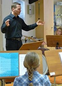 Konrad Sepp dirigiert das Nachwuchsblasorchester
