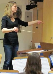 Sonja Unglaub dirigiert das große Blasorchester der Blaskapelle Höhenkirchen-Siegertsbrunn