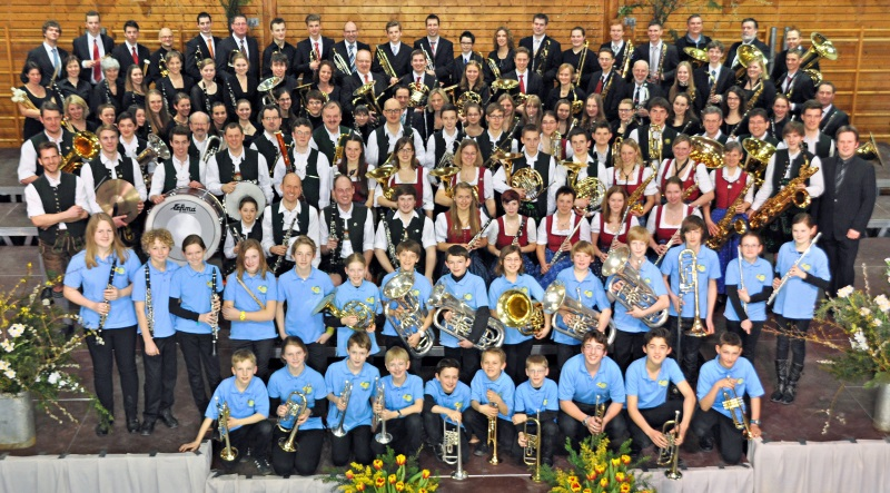 Gruppenfoto der Blaskapelle Höhenkirchen-Siegertsbrunn