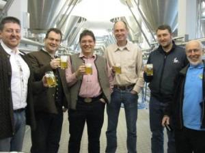 Frisch gezapfter Zwickel wird in der Brauerei verkostet
