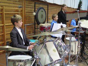 """Schlagzeuger unseres Nachwuchsblasorchesters, verstärkt durch die """"Großen"""""""