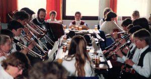 Bei den Volksmusik-Jugendhoagartn, die Oskar Wagner ab 1988 zwanzig Jahre lang veranstaltete, waren immer auch junge Musiker der Blaskapelle vertreten (Foto 1988).