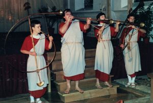 """Vier römisch gekleidete Musiker gestalteten mit """"cornu"""" und """"tubae"""" die Bühnenmusik."""