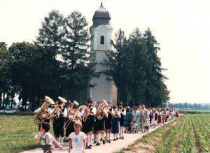 Festzug beim Pfarrfest 1986 von der Leonhardikirche zum Stumbeckstadl